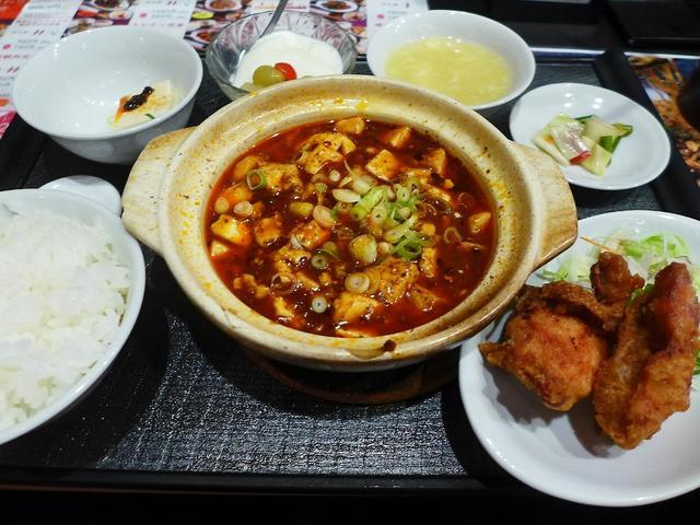 画像1: 本日のランチは長堀橋にある中華料理のお店「四川料理 芙蓉苑」に行きました。 本格四川料理を始めとして、様々な素晴らしくお値打ちの中華料理の定食がいただける私のお気に入りのお店です! とてもたくさんの種類の定食があるので、... emunoranchi.com