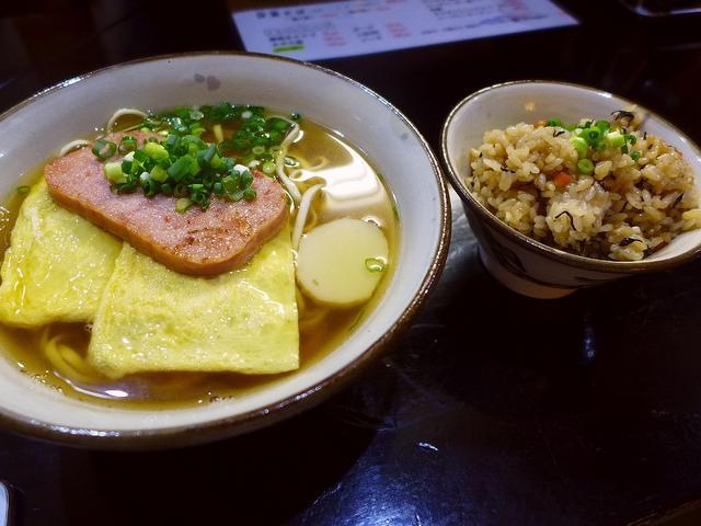 画像1: 本日のランチは福島区にある沖縄そばの専門店「沖濱そば」に行きました。 かなり以前に行ったきりでしたが、ここの沖縄そばと炊き込みご飯のじゅーしーの美味しさが忘れられず、とても久しぶりに行ってきました! 「ポー玉そば」(67... emunoranchi.com