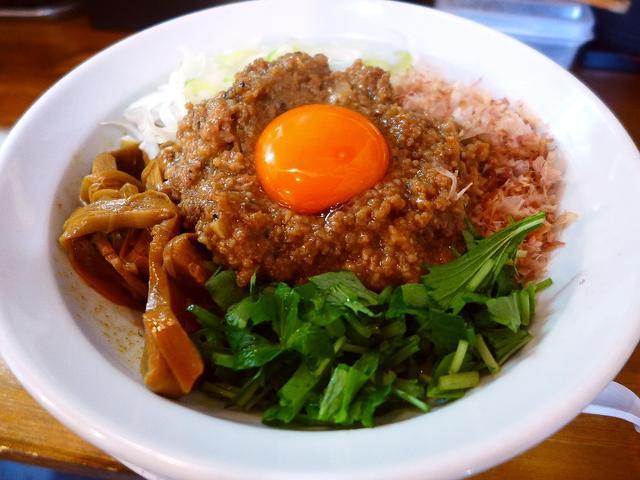 画像1: 本日のランチは上新庄にあるラーメン屋さん「天狗庵 (テンギャン)」に行きました。 汁なしのまぜそばがとても美味しいと評判のお店で、ずっと行ってみたいと思っていたお店にやっと行ってきました! 「天ぎゃんまぜそば」(820円... emunoranchi.com