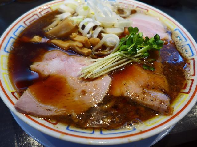 画像1: 本日のランチは西中島南方にあるラーメン屋さん「サバ6製麺所 西中島南方店」に行きました。 癖になる美味しさのサバ醤油ラーメンがいただける大人気のお店の4店舗目が本日オープンしたので、早速行ってきました! 「サバ醤油そば」... emunoranchi.com