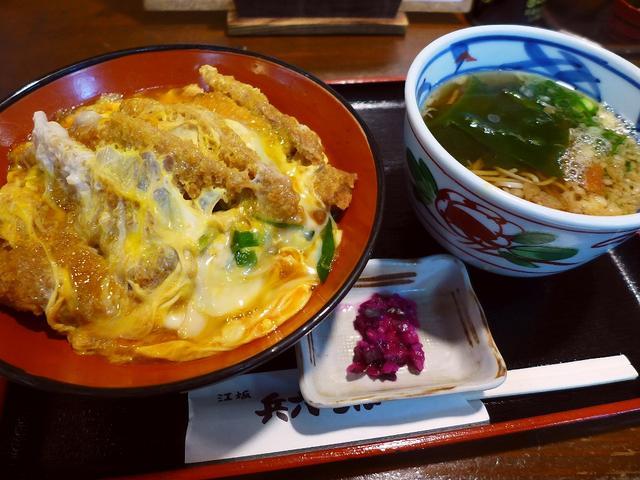 画像1: 本日のランチは江坂にあるお蕎麦屋さん「江坂蕎麦処 兵六そば」に行きました。 「お蕎麦屋さんのかつ丼は旨い」という勝手な持論があり、今日はどうしてもお蕎麦屋さんのかつ丼が食べたくなってこちらに行ってきました! 「かつ丼」(... emunoranchi.com