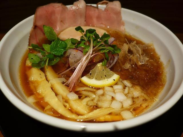 画像1: 本日のランチは十三にあるラーメン屋さん「麺のようじ 海(SEA) 十三店」に行きました。 日本橋にある人気ラーメン店「麺のようじ」の姉妹店が先月オープンしたので、早速行ってきました! 「しょうゆラーメン(鮪)」(800円... emunoranchi.com