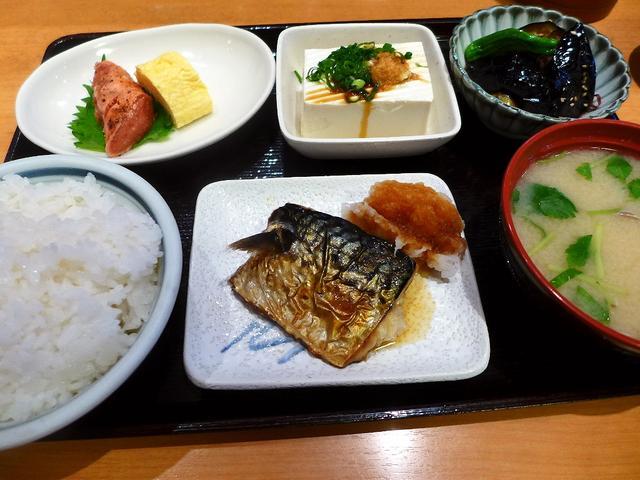 画像1: 本日のランチは難波千日前にある和食のお店居酒屋「お食事処・居酒屋 竜田屋」に行きました。 大量に並んだおかずの中から好きなものをチョイスする大衆食堂使いはもちろ、様々な一品料理も用意されていて居酒屋使いも出来る私のお気に... emunoranchi.com
