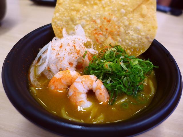 画像1: 本日のランチは江坂にある回転寿司のお店「スシロー 江坂店」に行きました。 先日試食させていただいて、そのあまりの本格的な美味しさに感動した「すし屋の大阪スパイシーカレーラーメン」(280円+税)が発売になったので、さっそ... emunoranchi.com