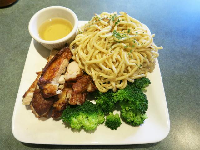 画像1: サンフランシスコのベトナム料理店では、なぜかニンニク風味の具無し焼きそば=ガーリック・ヌードル(Garlic Noodles)をメイン・ディッシュに添えて提供する店が多い。ベトナム語なら「Mì Xào Tỏi」か。アメリ ... 続きを読む → yakitan.info