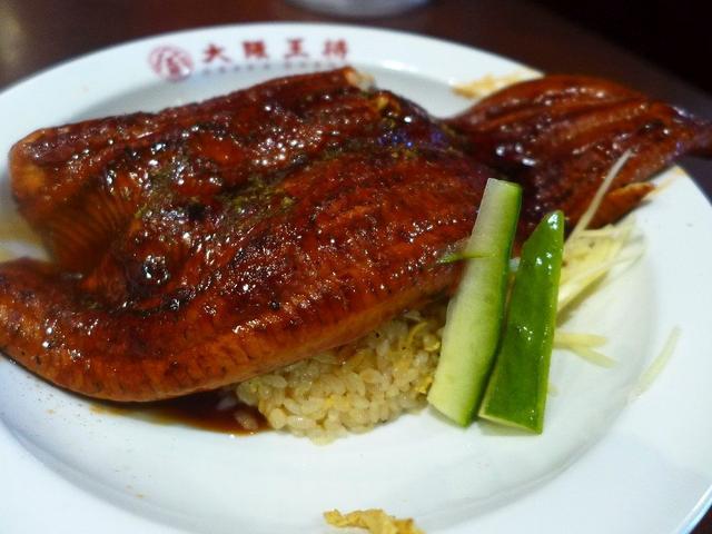 画像: 炒飯の上に巨大な鰻丸ごと一匹が乗った中華ならではのうな丼は意外なくらいに美味しかったです! 北区太融寺 「大阪王将 太融寺店」
