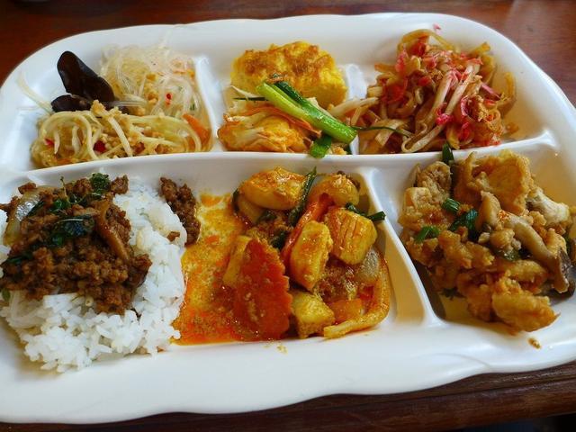 画像: タイ人シェフによる本格的な絶品タイ料理が食べ放題のお得ランチ! 道頓堀 「クンテープ 道頓堀店」