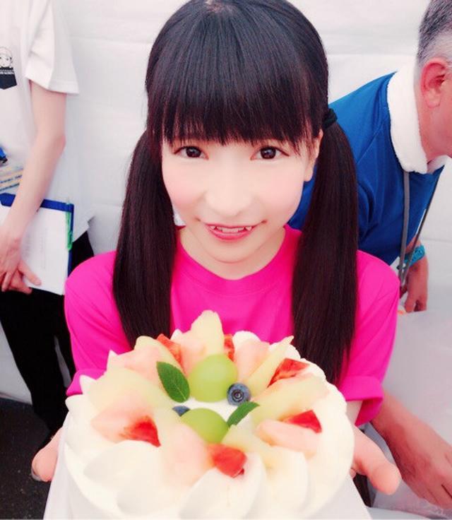 画像: ケーキ大食い対決♡