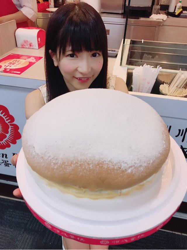 画像: 空港で巨大ケーキぺろり♡