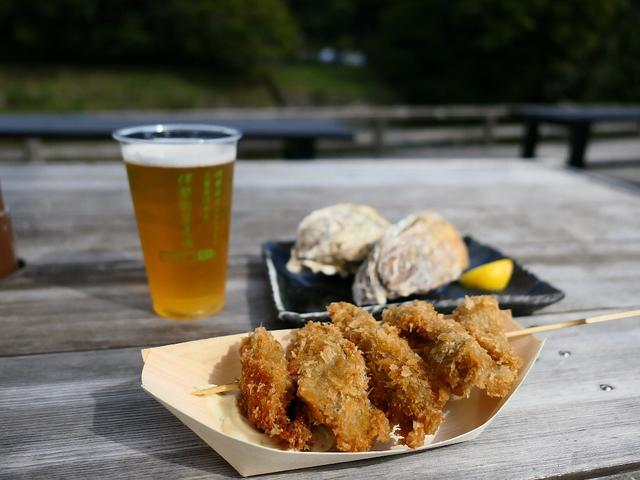 画像: 五十鈴川のほとりで揚げたてのカキフライと焼き立ての焼き牡蠣と伊勢の地ビールがいただけます! 三重県伊勢市 「伊勢角屋麦酒 内宮前店」