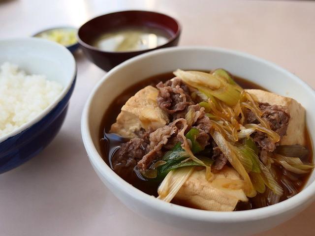 画像: 市場の濃い~味付けの肉豆腐はビールもご飯も進みます! 築地市場内 「磯野家」