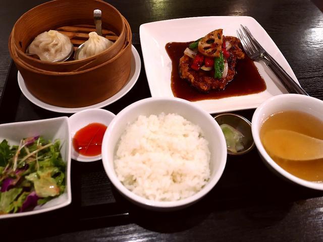 """画像: 輝かしい経歴を持たれるシェフによる名物""""一枚肉の黒酢酢豚""""は食べ応え満点で高級感溢れる味わいです! 深江橋 「中国料理 隆」"""