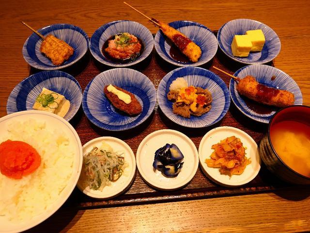 画像: 揚げたて熱々の串カツとお惣菜がちょこちょこたくさん食べられるお得で満足感がとても高い彩りご膳! 京都 「串かふぇ 凡凡屋」