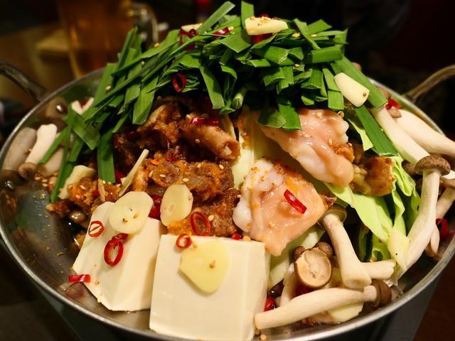 画像: 一度食べたら間違いなく病み付きになるほど美味しすぎるホルモン煮込み入りの絶品もつ鍋! 京橋 「京橋酒場 情熱ホルモン」