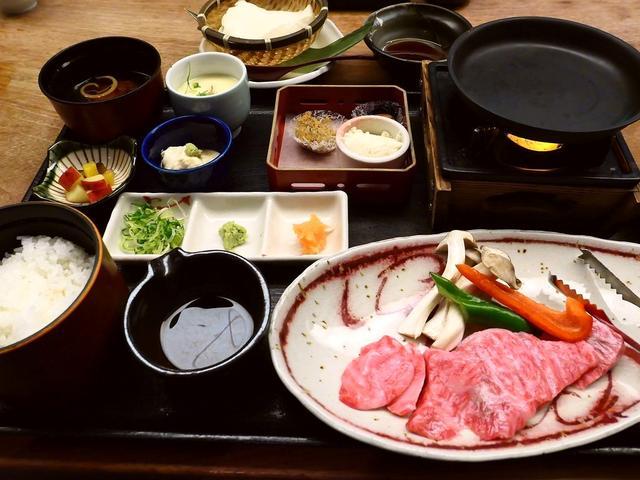 """画像: 築100年以上の元酒蔵の雰囲気抜群の空間で京都の老舗お肉屋さん """"モリタ屋"""" のお得すぎるお肉ランチがいただけます! 京都市伏見区 「月の蔵人」"""