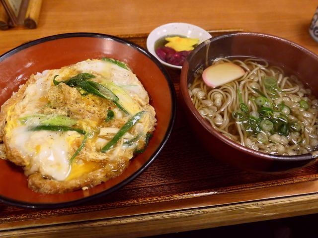 画像: 思わず唸ってしまうほどのお出汁がよ~く効いたきつね丼と蕎麦のセットは満足感が高すぎます! 福島区 「福島やまがそば」