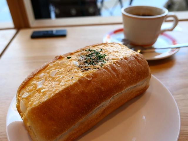 画像: 明るくおしゃれな雰囲気のカフェで迫力満点のたまごサンド! 南森町 「パンとエスプレッソと南森町交差点」