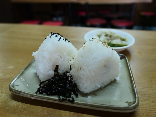 画像: 都会のど真ん中にある昭和の空気が流れる食堂のおにぎりに癒やされます。 南船場 「芦池更科」