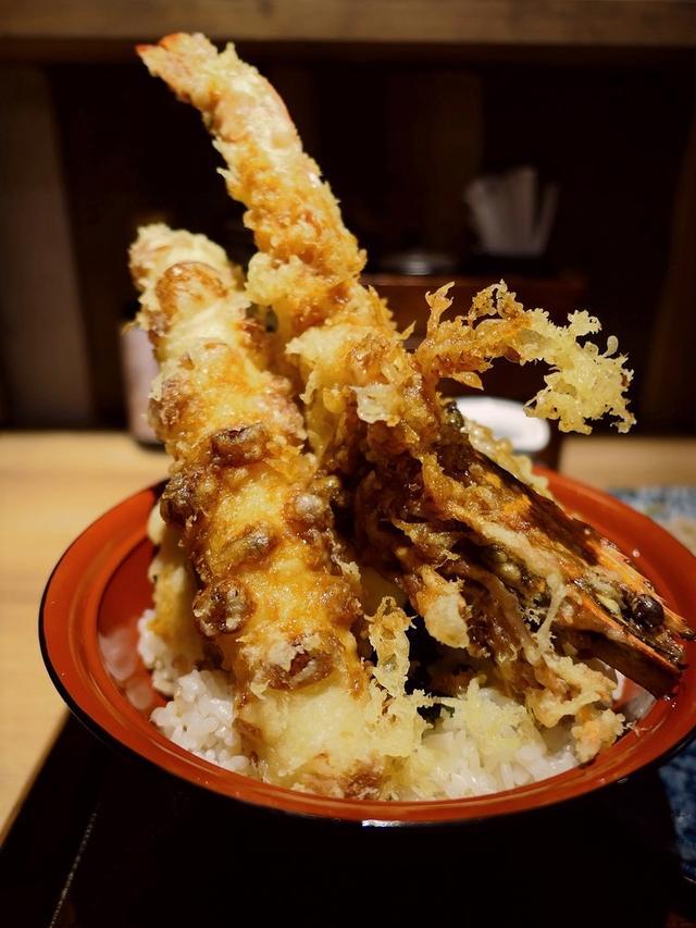 画像: 迫力満点の巨大有頭海老天ぷらがそびえ立った天丼ランチは満足感が高いです! 天王寺 「天ぷら海鮮と釜飯 米福 あべのルシアス店」