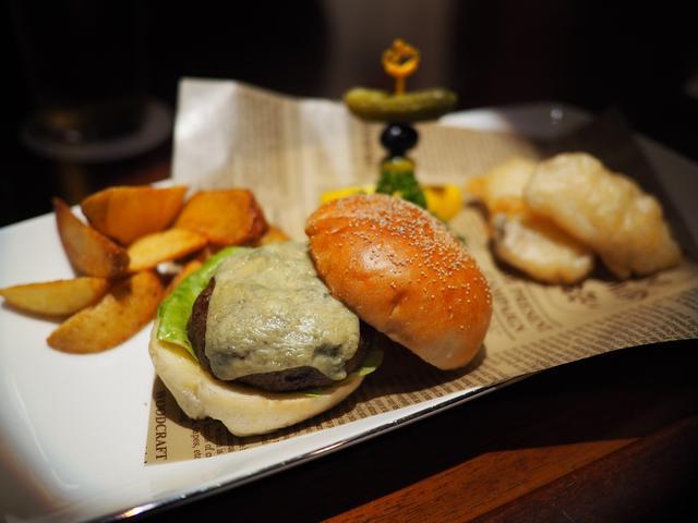 """画像: オーセンティックバーの """"英国フェア"""" でブルーチーズバーガーとフィッシュ&チップスとジントニックをいただきました! 帝国ホテル大阪 「オールドインペリアルバー」"""