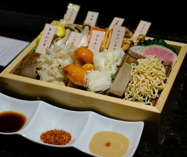画像: 「新橋・銀座コリドー街 シャングリラズシークレット銀座 きのこ30種類スープのきのこしゃぶしゃぶ」