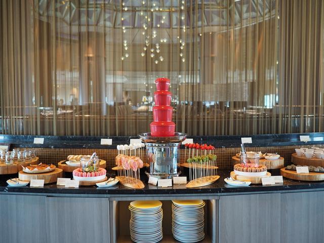 画像: 土日祝限定のスイーツブッフェでスイスチョコレートといちごの饗宴が楽しめます! スイスホテル南海大阪 「Tavola36(タボラサーティシックス)」