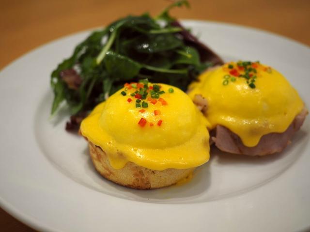 """画像: """"ニューヨークの朝食の女王""""と称賛される行列ができる大人気店でちょっとリッチなエッグベネディクトランチ! ルクアイーレ 「サラベス 大阪店」"""