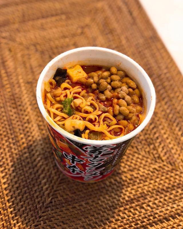 画像: 「マツコの知らない世界」で『蒙古タンメン中本』のカップ麺に納豆を入れるのが美味しいというのをやっていたそうなので、やってみた。 たしかに、めちゃくちゃ旨い〜!!!  #蒙古タンメン中本 #蒙古タンメン中本カップ麺 #マツコの知らない世界