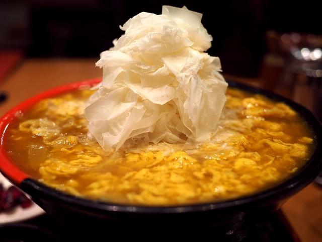 画像: 2種類のカレー出汁が2層構造になった鶏卵カレーうどんに名物の0.01mmのふわふわチーズをトッピング! 梅田 「極楽うどん TKU ルクア大阪店」
