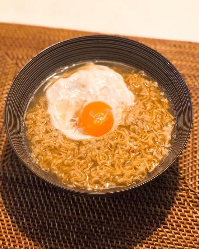 画像: まんぷくラーメンのCM観ながら朝食で。  #まんぷく #まんぷくラーメン