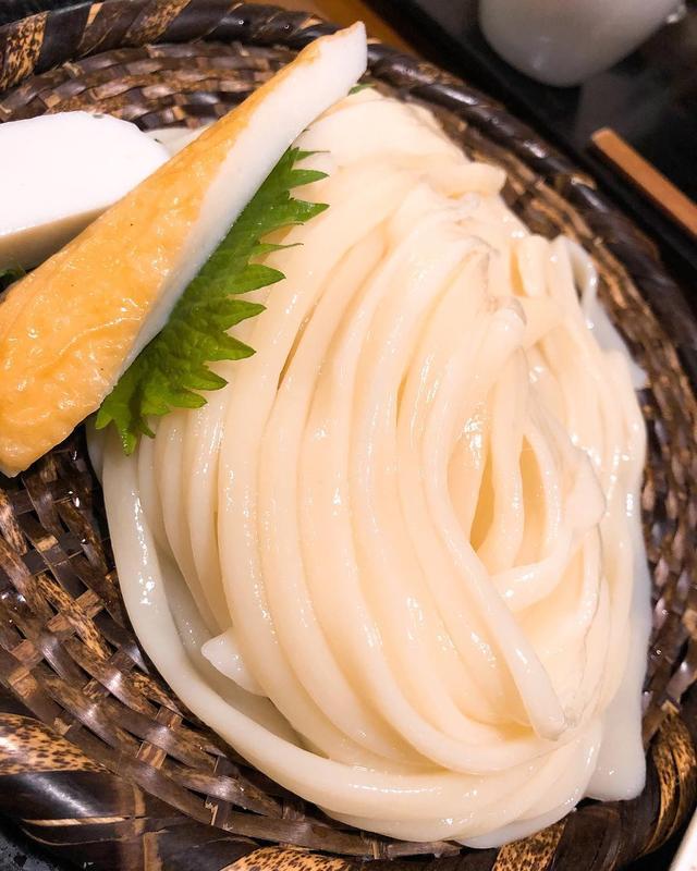 画像: 大好きな中目黒『豊前房』で、大好きな「冷やしざるうどん(大盛)」生玉子トッピング。 うどんの喉越しの良さは、自分史上最高です!  そして、必ず食べるだし巻きたまご、(下北半島産)イカの塩辛は超〜絶品で、初めて食べた白菜の生ハムサラダもシャキシャ...