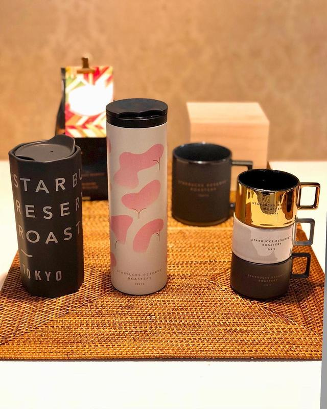 画像: 昨日の中目黒『スターバックス リザーブ ロースタリー』のレセプションでは、大きいコーヒーカップと「SUN-DRIED UGANDA RED CHERRY」というコーヒー豆をお土産にもらいました(写真奥)。  そして、タンブラー2種と小さいコーヒー...