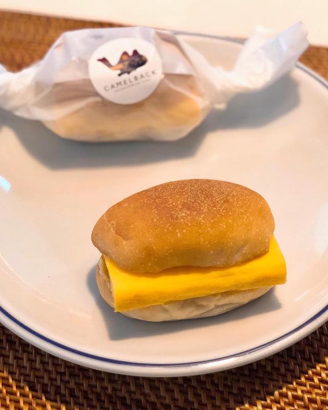 画像: 神山町『キャメルバック サンドウィッチ & エスプレッソ』で、前から食べたかった「すしやの玉子サンド」をテイクアウト。  パンがサックサクで、フワッフワの甘めの玉子焼きにマスタードがピリッと効いて、めちゃくちゃ美味しかった!!!  #キャメル...