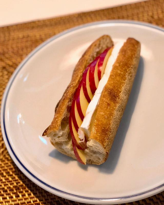 画像: 神山町『キャメルバック サンドウィッチ & エスプレッソ』の「ブリーチーズ、リンゴ、蜂蜜のハーモニー」というサンドウィッチが、想像してたより、すごーく美味しかった!!!  カマンベールチーズに近いブリーチーズと蜂蜜の相性が良くて、パンのパリッパリ...