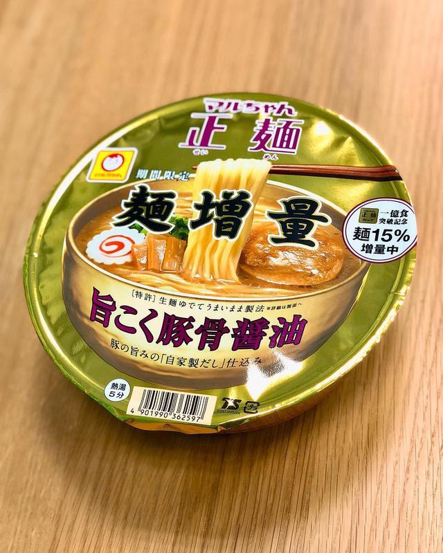 画像: パッケージデザインしましたマルちゃん正麺カップ「旨こく豚骨醤油」は、期間限定で麺増量中です! 満足感高いです! この、豚骨醤油のスープ、めちゃくちゃ美味しいです!!! ぜひ、食べてみてください!  #マルちゃん正麺 #マルちゃん正麺カップ ...