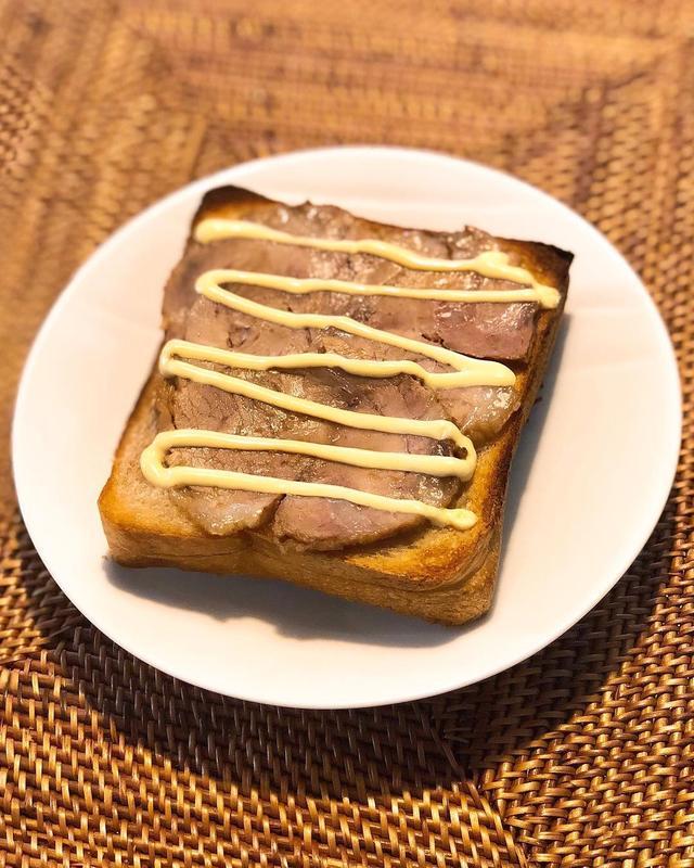 画像1: 『ラーメン二郎』目黒店のチャリティー豚で、ラーメン二郎豚トースト。 二郎の豚、パンにもこんなに合うとは! 旨すぎてビックリした〜!!!  #ラーメン二郎 #ラーメン二郎目黒店 #メグジロウ #チャリティー豚 www.instagram.com