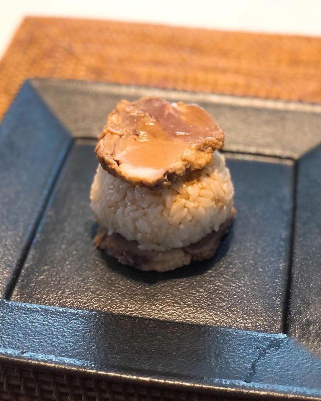 画像: 朝食で、『ラーメン二郎』目黒店のチャリティー豚で、二郎豚サンドたれおにぎり! めちゃくちゃ旨い!!! そして、これで最後の二郎豚なので、さみしい。。。  #ラーメン二郎 #ラーメン二郎目黒店 #メグジロウ #チャリティー豚