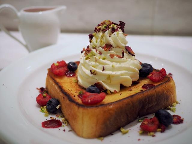 """画像: Mのおやつ ニューヨークの朝食の女王と称されるお店と高級食パン""""嵜本""""のコラボメニューが新発売! ルクアイーレ 「サラベス 大阪店」"""