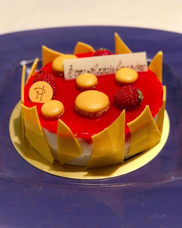 画像1: 次女の12歳の誕生日ケーキは『ピエール・エルメ・パリ』のマカロンがのってるチーズケーキ。 きれいで美味しい。 おめでとう。  #ピエールエルメ #ピエールエルメパリ www.instagram.com