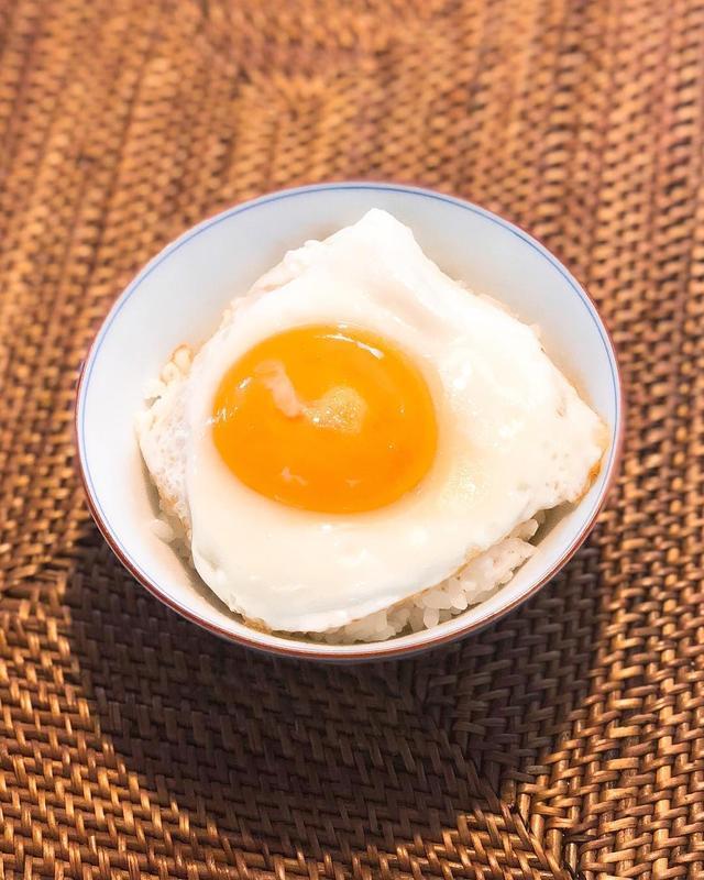 画像1: 朝食で、半熟目玉焼きご飯。 シンプルで旨〜い!  #目玉焼きご飯 #半熟目玉焼き www.instagram.com