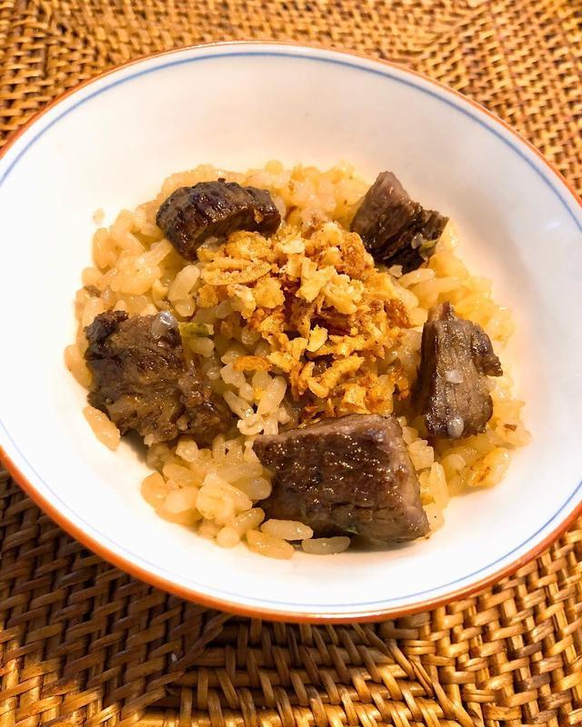 画像: 昨日の『焼肉ジャンボはなれ』の「牛ご飯」の残りをお土産にしてもらったのを朝食で。 幸せに旨い!!!  #焼肉ジャンボ #焼肉ジャンボはなれ #牛ご飯