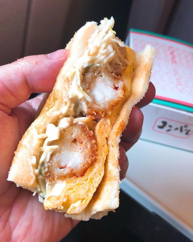 画像: 名古屋のメイチカの『コンパル』で「エビフライサンド」を買って、新幹線で食べる幸せ♡  俺史上一位サンドイッチ!!!!! 旨すぎる!!!!!  めっちゃ崩れやすいので新幹線の中での食べにくさも一位かもw  #コンパル #エビフライサンド ...