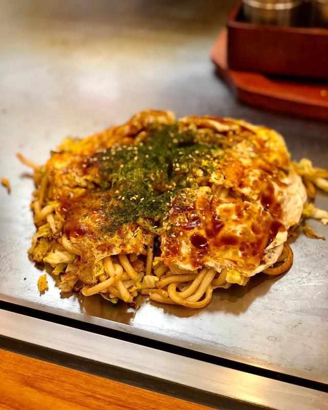 画像1: 前からすごく行きたかった、三宿の広島お好み焼『ひっつきもっつき』。 土日しかやっていないそうで、店主の方が、平日は銀座の『ぐりんぐりん』という広島式汁なし担々麺の店をやってるとのこと。  お好み焼(700円)に、とろろ昆布(100円)と、いか天(150円)トッピングで、うどんでオーダー。  いや〜、キャベツが甘くて、美味しかった〜!!! 東京で広島お好み焼の美味しい店は少ないから、嬉しいな〜! うどんは広島から取り寄せてるそうで、本当に広島で食べた味と食感でした!  豚がパリパリのとんぺい焼(500円)も美味しかった!  場所は、かなりわかりにくいです。 広島の町の小さいお好み焼き屋のようにテイクアウトもできるそうです。 店内の席数、かなり少ないので電話予約したほうがよさそうですね。  #ひっつきもっつき #広島お好み焼 #具義お好み焼き2019 www.instagram.com