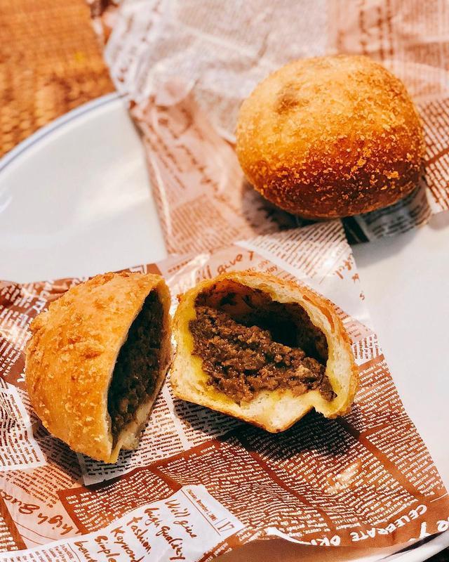 画像: 今朝のパン2  昨日の凄〜い焼き『焼肉 X (TEN)』のお土産カレーパンは、パン生地がモッチモチで、具のカレーには、お店の肉やホルモンが混ざっているそうで、めっちゃ美味しかった!!!  #焼肉X #焼肉ten #具義パン2019