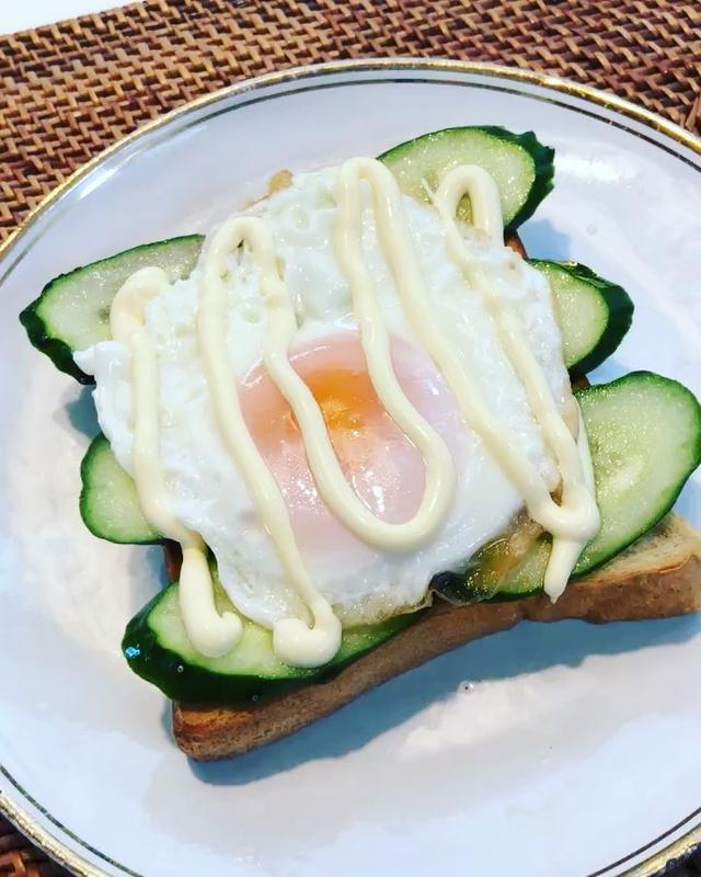 画像: 半熟目玉焼きキュウリマヨトーストが好き。 『ザ・シティ・ベーカリー』の食パン美味しい♡