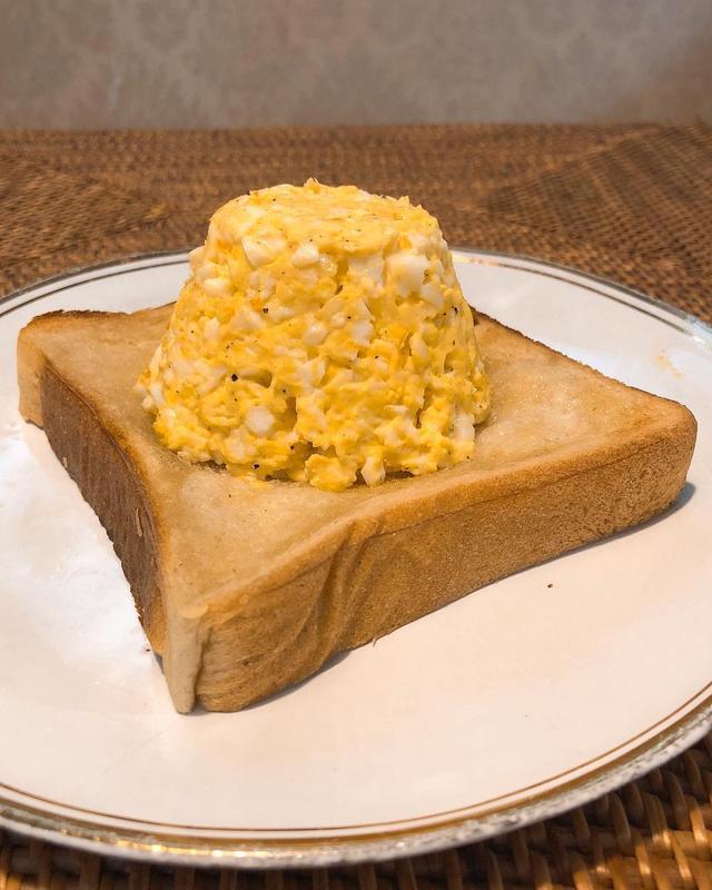 画像: 平成から令和へを祝って、 富士山たまごトースト。  ゆで卵潰してマヨネーズと胡椒よく混ぜてとろけるチーズ入れてレンジでチンしてカルボナーラ風。  よい令和を!  #平成 #令和 #たまごトースト #グギメシ
