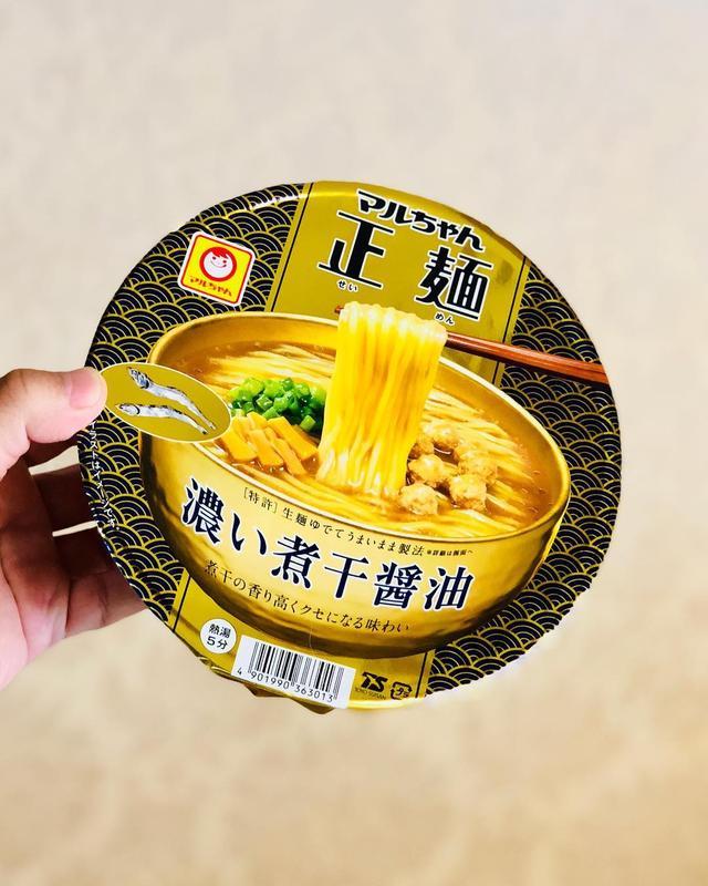 画像: 令和になって、初めて食べたのは、パッケージデザインしているマルちゃん正麺カップ「濃い煮干醤油」。 このスープは、ガツンと煮干で、めちゃくちゃ美味しいんです!  #マルちゃん正麺 #マルちゃん正麺カップ #煮干ラーメン #秋山具義デザイン