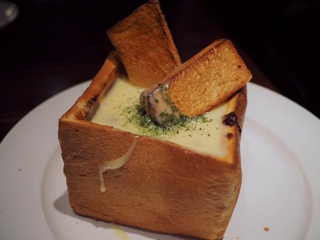 """画像: 大量のチーズとビーフシチューが箱パンに詰められた """"グルトーチーズフォンデュ"""" はチーズ好きにはたまりません! 天王寺 「ハニートーストカフェ 天王寺店」"""