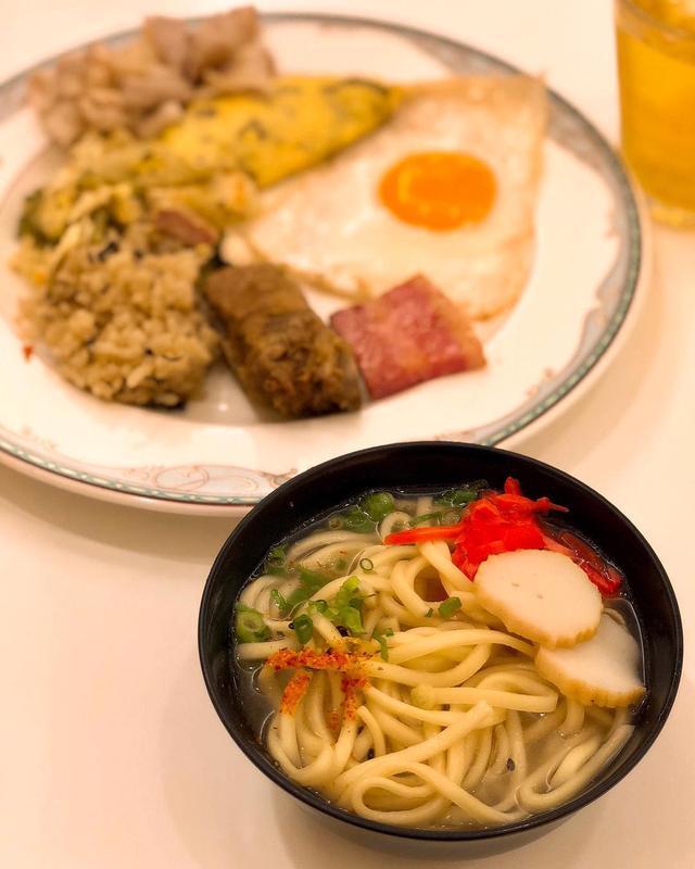 画像: ホテルの沖縄料理ビュッフェ、沖縄そばメイン。  プレートに取り過ぎてしまうという、1泊目のビュッフェあるある。  #ホテルビュッフェ #沖縄そば #具義沖縄そば2019