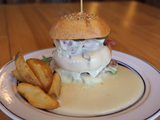 """画像: 新メニューのチーズまみれの """"流れるチーズバーガー"""" はチーズ好きにはたまらない新感覚のバーガーです! 西宮市 「Gardens Pasta Cafe ONS (ガーデンズ パスタ カフェ オンズ)」"""